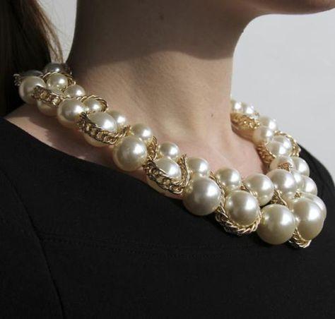 99604661b004 Collar con perlas grandes Vibe Ochentera. Aros con dos perlas  It-girl  en  estilo de Dior. Cómpralo en WWW.CONCEPTSENSE.CL La boutique online de  joyería y ...