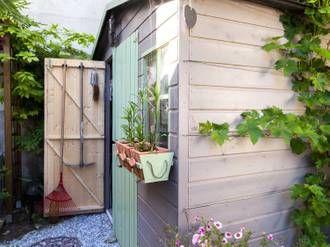 Installer Un Abri De Jardin Outdoor Structures Outdoor Plants