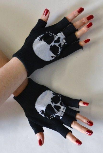 Fingerless gloves with skulls. Skull Fashion, Dark Fashion, Emo Fashion, Gothic Fashion, Fashion Tips, Mode Punk Rock, Moda Rock, Mode Sombre, Mode Lolita
