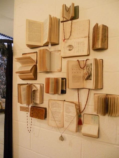 Jewelry Book Display More jewelry organizer wall display ideas Easy And Beautiful DIY Projects Made With Old Books 2017 Books Decor, Fur Vintage, Vintage Books, Vintage Ideas, Vintage Frames, Antique Books, Vintage Walls, Vintage Photos, Diy Projects Vintage