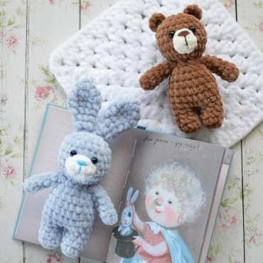 Amigurumi bear in sweater crochet pattern | Amiguroom Toys | 370x370