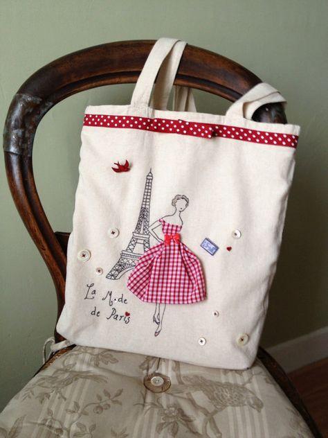 Un sac rétro irrésistible inspiré par la mode parisienne des années 50 avec la tour Eiffel, une robe en vichy rouge des boutons rigolos et en
