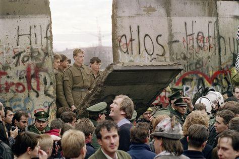 La date du 9 Novembre 1989 marque dans les manuels d'Histoire et dans la conscience collective,  comme la fin de la ''Guerre froide'', avec la chute à cette date, du mur de Berlin construit en 1961 et séparant les deux Allemagne de jadis (RFA et RDA), symbole de la bipolarisation du monde en bloc Est et bloc Ouest. Mais que nenni. En fait, le 9 Novembre 1989 marque le début de la confrontation directe entre l'URSS et les USA, entre le Socialisme et le Capitalisme. ... Clic