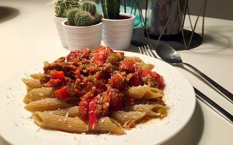 Volkoren pasta met een kruidige saus van zoete paprika, tomaat en tonijn | Goodfoodlove
