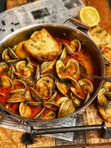 Enjoy clams so many different ways. These clams with chorizo in a tomato broth may become your favorite. Eat as an appeitzer or meal. Mussels Recipe Tomato, Clam Recipes, Chorizo Recipes, Shellfish Recipes, Seafood Recipes, Appetizer Recipes, Asian Recipes, Al Dente, Seafood