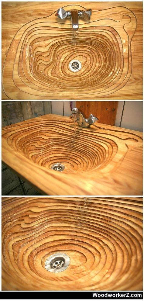 Ausgefallenes Waschbecken aus Holz. Die abfallende Maserung gibt dem Ganzen einen speziellen Look.