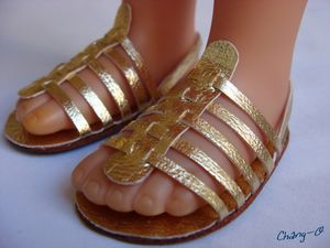Freaking gold doll sandals. Seriously, people. The instructions are in French, but it's pretty clear what's happening. Might need to translate the lengths. @Jenni Ramoya Ramoya Ramoya Ramoya Ramoya Juntunen Howell Photography! Let's make these! We need to have a doll craft day.
