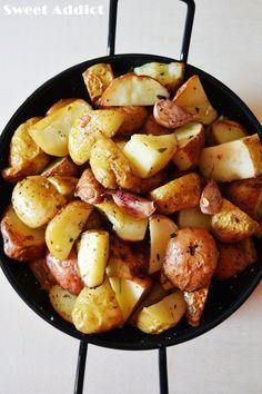 PATATAS ASADAS EN 5 MINUTOS 1/2 kg de patatas pequeñas (mejor si son nuevas) 4 ajos Aceite de oliva 1/2 vaso de vino blanco Sal Pimienta Lavamos las patatas, las secamos con un trapo, NO las vamos a pelar. Las cortamos en mitades o cuartos, las vamos pinchando con un tenedor, y al microondas en un plato llano 5 minutos. Las ponemos con un chorrito de aceite de oliva en una sartén grande a fuego alto sal y pimienta 1 minuto, echamos el vino y 1 minuto.