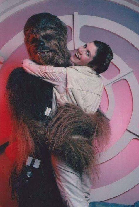 Behind the scenes of Star Wars: The Empire Strikes Back with Chewbacca and Leia. Film Star Wars, Star Wars Cast, Star Wars Poster, Star Wars Love, Star War 3, Star Wars Stuff, The Force Star Wars, Carrie Fisher, Star Wars Pictures