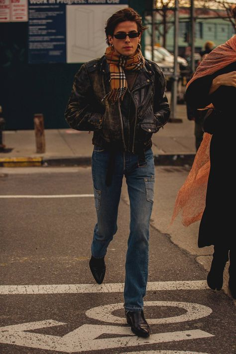 See all of the New York street style we love here from menswear fashion week 2018 Mens Fashion Week, Dope Fashion, Cool Street Fashion, Fashion Pants, Daily Fashion, Swag Fashion, New York Men's Street Style, Street Style 2018, Timberland Outfits