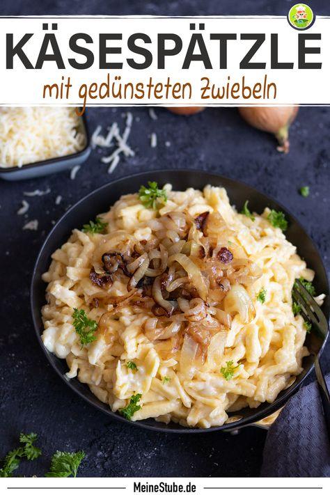 Rezept für schnelle Käsespätzle mit gedünsteten Zwiebeln. Die schnellen Käsespätzle mit Zwiebeln gehören definitiv zu meinen Lieblingsgerichten. Ich finde sie so schön cremig-käsig und kombiniert mit in Butter gedünsteten Zwiebeln, schmecken die Käsespätzle einfach total lecker. #rezept #spätzle #käsespätzle #pfannengericht #zwiebeln #schnell #gekocht #mittagessen #feierabendküche #käse #meinestube