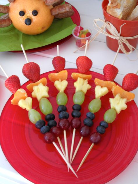 Rainbow fruit kebabs #Kabob #Skewer #Healthy #party #food #fun food for kids #colour # +++ Brochetas pinchos de frutas variadas colores de arco iris comida sana y divertida par niños