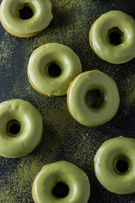Baked matcha doughnuts with matcha glaze really pack a green tea punch! These are baked, not fried, so they're not only easier to eat, but they're also easier on your waistline. Mint Green Aesthetic, Aesthetic Colors, Aesthetic Food, Beige Aesthetic, Mode Pastel, Think Food, Matcha Green Tea, Green Teas, Pistachio Green