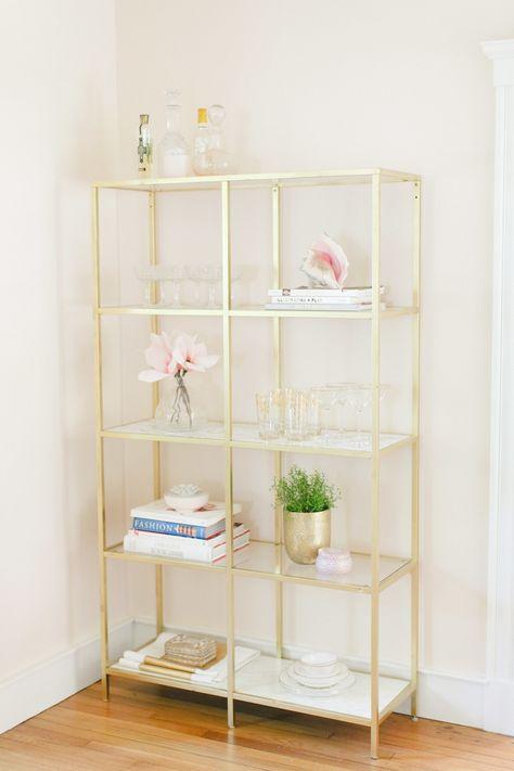 Estante dourada com elementos brancos, dourados e salmão - perfeito para a conjugação de cores na sala de estar http://www.stylemepretty.com/2014/06/17/teavana-iced-tea-bar-giveaway/