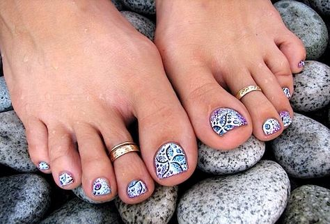 Cool pedi toe nail design..