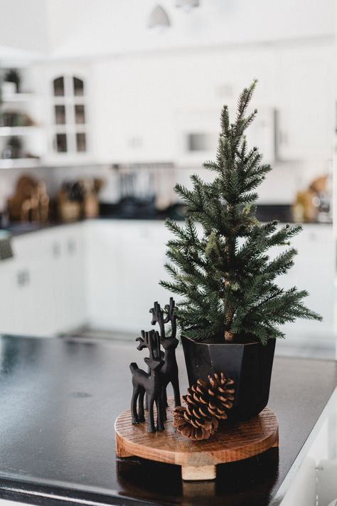 A beautiful red and green Christmas Home Tour! Love the traditional festive Christmas colours in this modern holiday home tour. Christmas Room, Green Christmas, Winter Christmas, Christmas Tables, Christmas Kitchen, Father Christmas, Primitive Christmas, Minimal Christmas, Simple Christmas