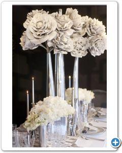 bruiloft-decoratie-zilveren-vazen-grijze-bloemen