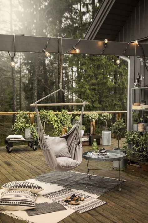 Hängesessel für laue Sommerabende auf der Terrasse