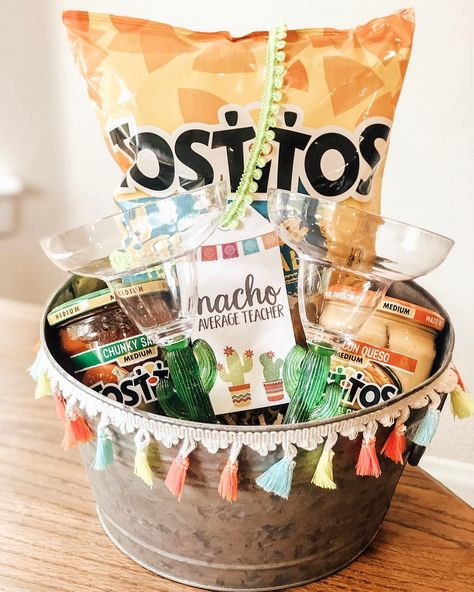 Best Gift Box Ideas : Unique Teacher Appreciation Gift Ideas - Gifts & Ideas : Explore & Discover the best handpicked gifts & ideas for any occasion Corporative Events, Craft Gifts, Diy Gifts, Creative Gifts, Unique Gifts, Unique Gift Basket Ideas, Cute Gift Ideas, Creative Gift Baskets, Wine Baskets