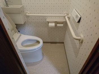 花柄でスッキリとした壁紙です どんな状態でも手すりを使えるように付けました トイレ リフォーム 手すり