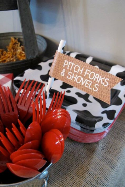 Pitchforks and Shovels! A simple and creative way to incorporate a farm theme in… Pitchforks and Shovels! A simple and creative way to incorporate a farm theme into a birthday party! Farm Animal Party, Farm Animal Birthday, Barnyard Party, Horse Birthday, Farm Birthday, Farm Themed Party, Tractor Birthday, Cow Birthday Parties, Cowboy Birthday Party