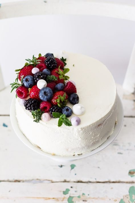 Tort Smietanowy Z Malinami Lekki Puszysty Malo Slodki Torcik Ze Swiezymi Owocami I Delikatnym Kremem Smietanowym Z Mascar Cake Desserts Cake Recipes Baking