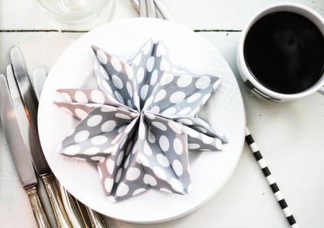 Servietten falten: Sterne für Weihnachten