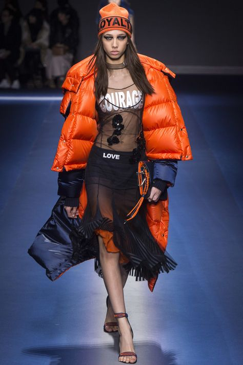 #Versace  #fashion  #Koshchenets    Versace Fall 2017 Ready-to-Wear Collection Photos - Vogue