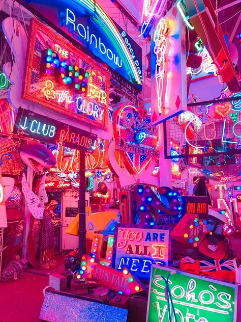 Ne znam zašto, ali se baš ložim na ove svetiljke. Rainbow Aesthetic, Neon Aesthetic, Aesthetic Room Decor, Aesthetic Collage, Look Wallpaper, Aesthetic Pastel Wallpaper, Retro Wallpaper, Aesthetic Wallpapers, Collage Mural