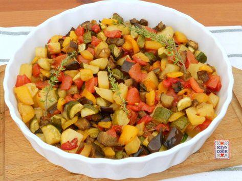 Macedonia di verdura al forno: tante verdure estive tagliate a pezzetti, insaporite con timo, condite con olio e poi cotte in forno. Una ricetta facilissima