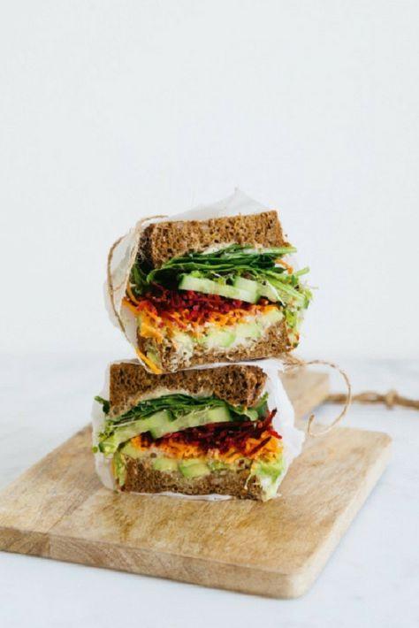 Het recept voor deze veggie sandwich komt uit het boek Easy vegan van Sanne van Rooij (Living the Green Life).  De combinatie van brood met rauwkost en romige avocado geweldig!