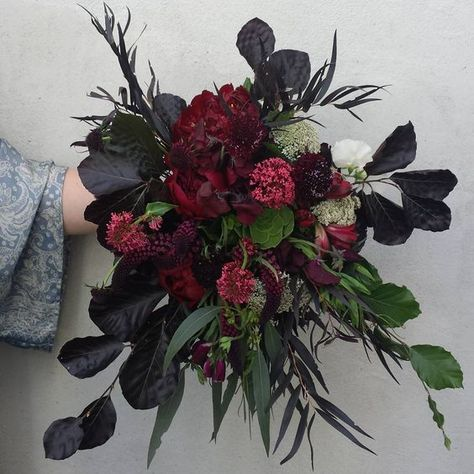 Burgundy Floral Arrangements You Should Try For Your Wedding