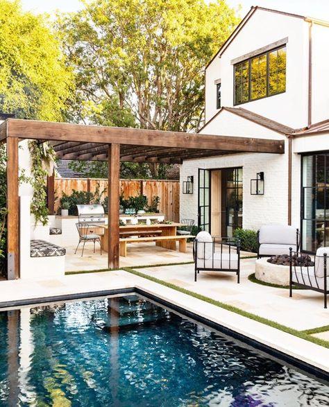 You Won't Believe All the Hidden Features in This Indoor-Outdoor Kitchen Fire pit! Patio Pergola, Casa Patio, Backyard Patio, Modern Pergola, Metal Pergola, Pool And Patio, Outdoor Pool, Modern Patio, Garden Pool