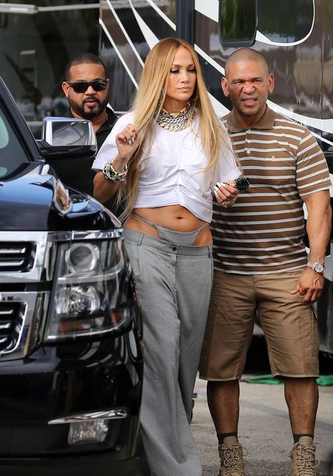 Which gives you favorite celebrities photos, gossip and daily activity. Jennifer Lopez Recording Video in Miami She normally is the model of high class and fashion standards . But this one is a total opposite. Let Justin Bieber wear that instead