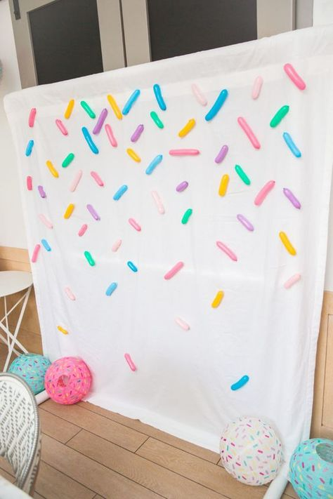 Sprinkles Backdrop for a photo booth. Super easy to make with a white sheet and balloons. I DIY party decorating idea that even the non-crafty can make! A fun idea for a Donut Party. Donut Party, Donut Birthday Parties, Birthday Party Decorations, Candy Theme Birthday Party, Themed Parties, 10th Birthday, Birthday Themes For Girls, Hello Kitty Birthday Party Ideas, Diy Birthday Backdrop