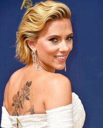 Here S A Photo Of Scarlett Johansson S New Large Back Tattoo In 2020 Scarlett Johansson Johansson Scarlett