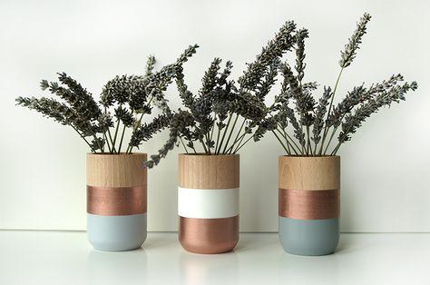 Bringen Sie frisches Design und gleichzeitig Gemütlichkeit in Ihr Zuhause!  Die farbenfrohe Gruppe von 3 hölzernen Vasen ist eine einzigartige Mö...