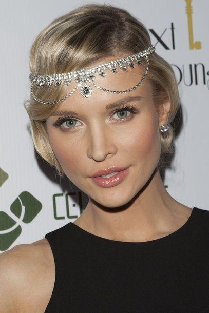 Joanna Krupa 161942517 Joanna Krupa Tragt Eine Stirnkette Zur 20er Jahre Frisur 20er Jahre Frisur Frisuren Lange Haare 20er Jahre Gatsby Frisuren