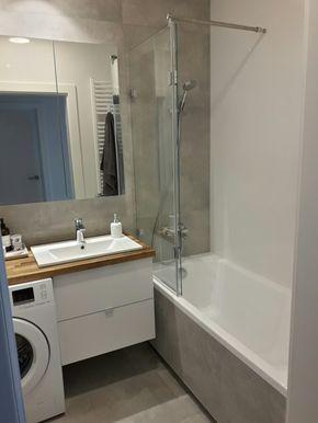 Szara łazienka Wanna Z Parawanem Nawannowym Kafle Epoxy