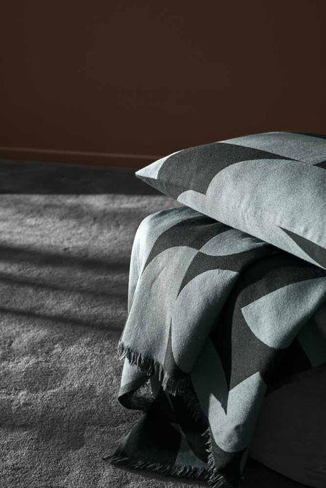Aytm Decke Forma Schoner Wohnen Shop Die Forma Decken Sorgen Durch Ihre Luxuriose Materialitat Fur Eine Behagliche Atmosphare Die Zuruckhaltenden Med Bilder