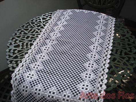 Caminho de mesa em tecido xadrez, bordado xadrez, acabamento em crochê R$ 80,00