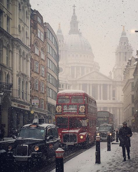 The Photo Guide to Platform 9 from Harry Potter in London Vintage London, Old London, City Aesthetic, Travel Aesthetic, London Snow, London Winter, London Christmas, Places To Travel, Places To Go