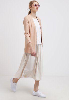 Blazer mit Kragen - Toller beiger #Blazer von Vero Moda. Das schlichte Design und die #zarte Farbe verleiht dem Blazer einen eleganten #Look. - ab 39,95€