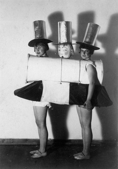 Muestra de la Exposición: 'Neo Luna Park – Search for pleasure,create pleasure '. The Collective Girls en el festival burgo 'New Objectivity', 1925. Fotografía Stadtarchiv Halle (Saale).