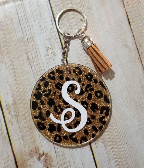 Cute gold glitter and black cheetah keychain. With or without initial or monogram. Diy Resin Keychain, How To Make Keychains, Keychain Ideas, Acrylic Keychains, Keychain Design, Monogram Keychain, Cute Keychain, Cricut Craft Room, Cricut Vinyl