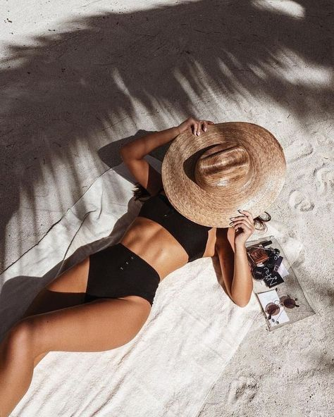 Summervibes Black bikini Strand Beach Rieten hoed Brown hat High waisted bikini bottoms Casual bikini On trend bikini Trendy bikini Bikini 2019 Tanned skin Ro. Bikini Noir, Bikini Modells, Black Bikini, Bikini Poses, Yellow Bikini, Moda Bikini, Bikini Beach Pics, Shotting Photo, Trendy Bikinis