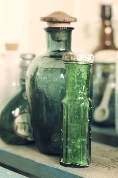 Home Decor Ideas – Color Palette Inspiration: Emerald Green, Bronze, and Cream… Antique Bottles, Vintage Bottles, Bottles And Jars, Antique Glass, Glass Bottles, Perfume Bottles, Vintage Perfume, Go Green, Green Colors