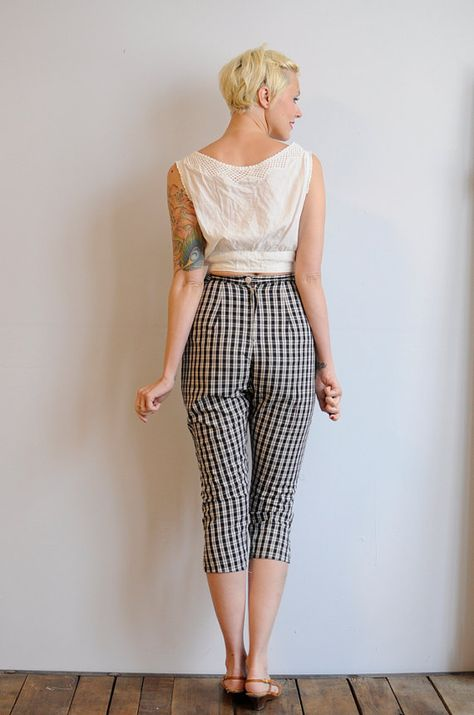 3e8cbe799c1b9a 1950s Capris // Plaid Pedal Pushers // vintage 50s cotton capri pants