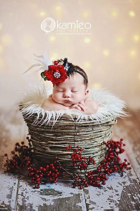 Newborn Christmas Photo by Kamieo Photography #newbornchristmasphotos