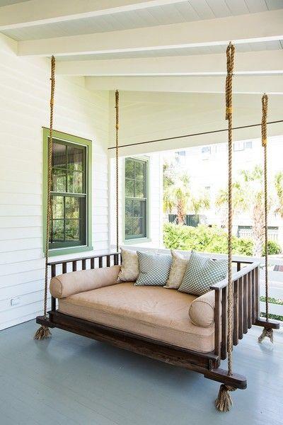 Große hängende Sitzschaukel auf der Veranda